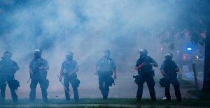 Manifestantes chocan con la policía...