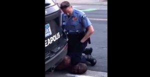 Negro hombre muere después de NOSOTROS funcionario se arrodilla en el cuello