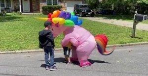 Nuevo Jersey de la abuela viste de colorido traje del unicornio para saludar a sus nietos durante la pandemia de coronavirus