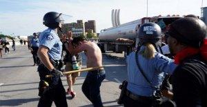 Semirremolque velocidades en multitud de George Floyd manifestantes en el puente de Minneapolis; lesiones claro
