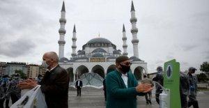 Turquía vuelve a abrir algunas mezquitas, oraciones a cabo en la ex-catedral