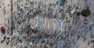 California surfistas deletrear 'unidad' con placas de ensayo antes de remar en George Floyd memoria