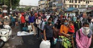 Enormes multitudes como la India se reanuda el servicio de trenes