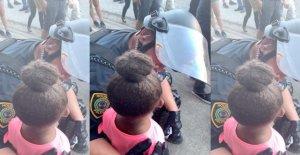 Houston cop visto reconfortante, de 5 años, una niña de George Floyd protesta que le preguntó: '¿vas a disparar?'