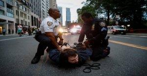 NYPD se enfrenta a George Floyd manifestantes como el toque de queda se lleva a efecto