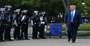 Reacción crece con el uso de gases lacrimógenos contra los manifestantes antes de Trump pie de la DC de la iglesia