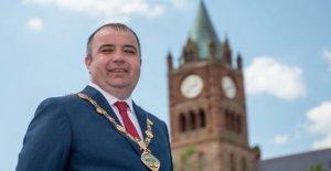 SDLP Brian Tierney ocupa el papel de Derry alcalde