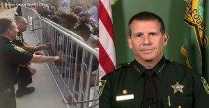 Sheriff de la Florida habla sobre tomar una rodilla con los manifestantes