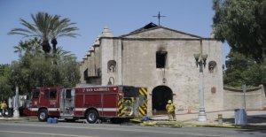 249-año-vieja California iglesia dañada por el fuego, la investigación en curso