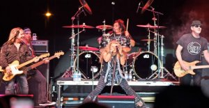 Banda de Rock de la Gran Blanco juega concierto sin máscaras, el distanciamiento social requerido en Dakota del Norte