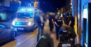 Bloqueo de seguridad de la ciudad desierta como el condado de pubs vuelva a abrir