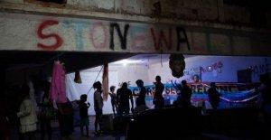 Brasil LGBTQ grupo se esconde de los virus en la playa de Copacabana edificio