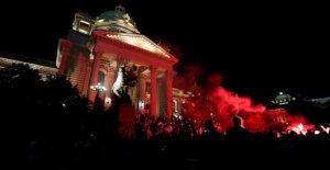 Cientos de intentar tormenta parlamento serbio, como consecuencia de las protestas de calor hasta