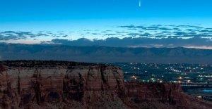 Cometa rayas pasado de la Tierra, proporcionando espectacular show