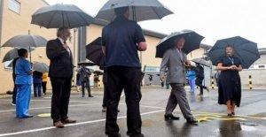 El príncipe Carlos, gracias NHS personal a su regreso a Gales