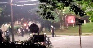 Georgia State Patrol sede de actos de vandalismo durante la protesta, los fuegos artificiales lanzados en el interior de la chispa de fuego