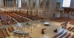 Iglesia cantando la prohibición de las huelgas nota amarga con California pastor