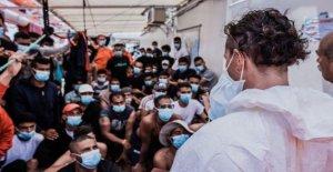 Italia permite a 180 migrantes fuera de barco de rescate