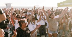 La playa de California del renacimiento a la que asistieron 1,000: La iglesia ha dejado el edificio