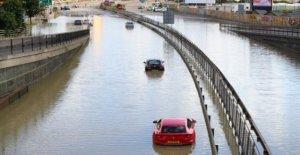 Los conductores rescatado como el agua de las inundaciones del Norte Circular