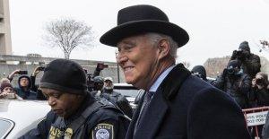 Los demócratas y los Republicanos critican el Triunfo para los desplazamientos Roger de Piedra de la pena de prisión