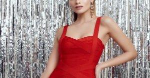 Los invitados de la boda el traje rojo chispas de Compartir el código de vestimenta de debate: 'Muy caliente'