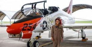 Madeline Swegle hace historia como la Armada de los estados unidos de 1ª mujer de Negro de piloto de caza