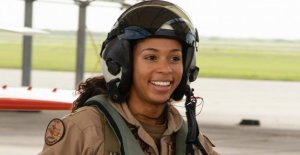 Marina anuncia la primera mujer de raza Negra de los Aviones Tácticos de piloto