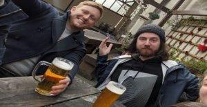 Miles acuden a Neverspoons pub de la aplicación