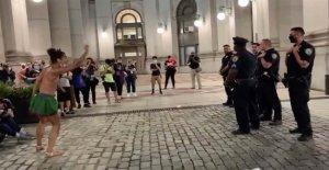 NYC Ocupar Ayuntamiento de la Ciudad de manifestantes visto burlas departamento de policía: 'Negro de Judas