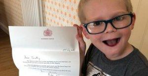Niño hace de rompecabezas de la Reina 'alegrarla'
