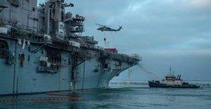 Se sigue trabajando para contener el fuego en el buque de la Armada pensamiento extingue la noche