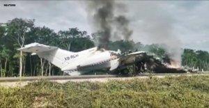 Sospecha de América del Sur de la droga avión estalla en llamas después de ilegal la carretera de aterrizaje en México