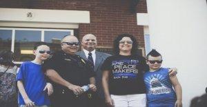 Tennessee iglesia dona $1.000 a cada uno de los miembros del departamento de policía local en la estela de cortar los fondos movimiento