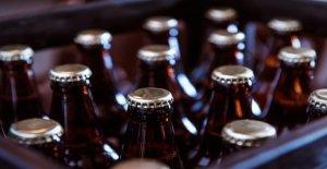 Tiradores de barra de la cerveza de la venta después de las reclamaciones de los clientes de la botella se ve como un KKK campana