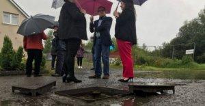 Adrian Dunbar espaldas residentes en el alcantarillado de la fila