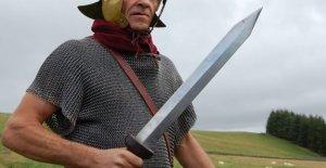 Airbnb propietario encuentra al menos a 30 personas acampar en casa con la espada, hacha gigante