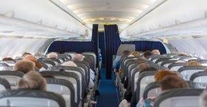 Auxiliar de vuelo evacua el plano innecesariamente, hiriendo a 10 pasajeros