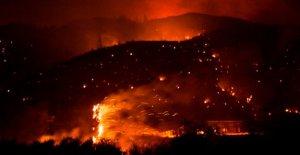 De California a los bomberos a salvar de la bandera Americana de la rapidez de propagación del Lago de Fuego