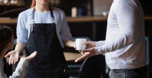El hombre lanza improperio lleno de diatriba al personal del restaurante para tomar demasiado tiempo para preparar su comida para llevar