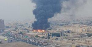Enorme incendio en el mercado en Ajman cerca de Dubai