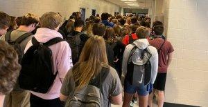 Estudiante de la escuela de suspensión revocada después de que su foto de atestado pasillo se hace viral