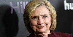 Hillary Clinton critica el Trump órdenes ejecutivas como un 'truco' y 'una gran desviación
