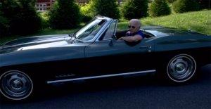 Joe Biden, se toma el volante de su 1967 Chevrolet Corvette Stingray en una nueva campaña de anuncios