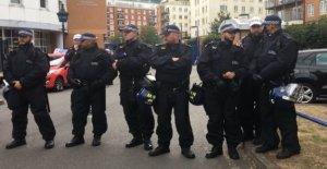 La detención de un joven de 14 años, de chispas, de la comisaría de policía de protesta