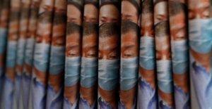 Los residentes de Hong Kong defender la libertad de prensa como China grietas abajo