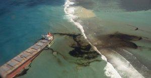 Mauricio desastre del petróleo: la Raza para drenar asolado por la nave antes de que se divide en la mitad