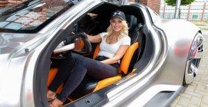 Millonario influyente Superdeportivo Blondie quiere diseñar un coche ... para las mujeres