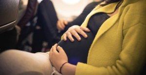 Mujer da a luz en avión sobre Alaska, otorga los recién nacidos con el nombre apropiado