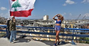 Par ver sexy posando para fotos de cerca de Beirut lugar de la explosión